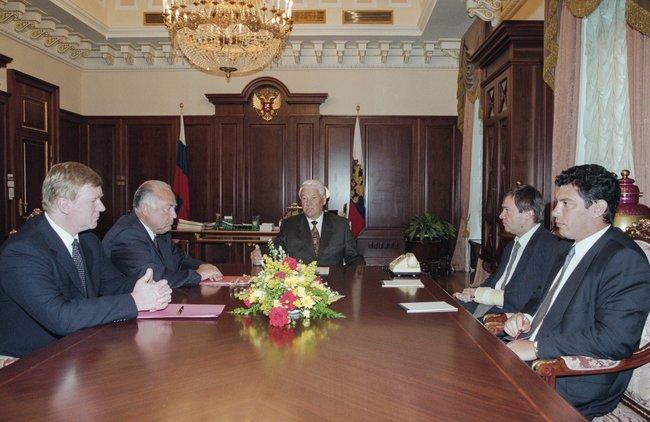 Обсуждение бюджета вавгусте 1997 года. Слева направо: Анатолий Чубайс, Виктор Черномырдин, Борис Ельцин, Валентин Юмашев иБорис Немцов.