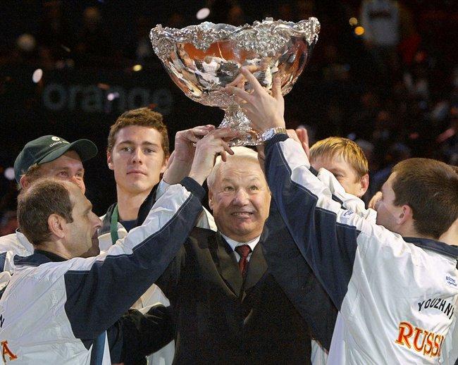 Борис Ельцин, теннисисты Марат Сафин, Евгений Кафельников иМихаил Южный сКубком Дэвиса после победы россиян над сборной Франции вчемпионате мира 2002 года.