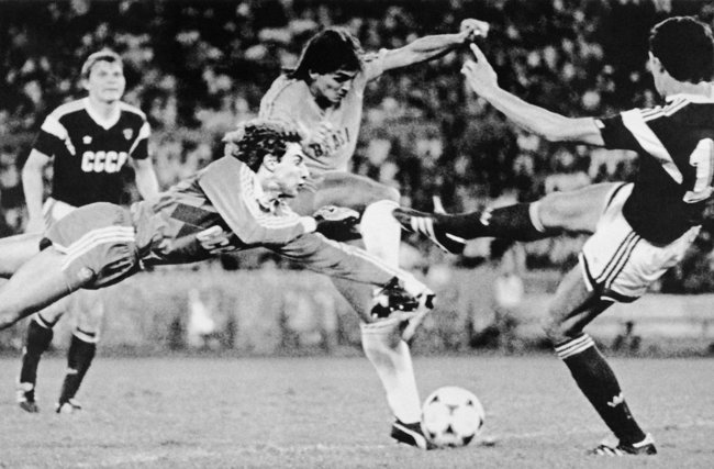 Brazilian soccer player Luís Carlos attempts to kick the ball past Soviet goalie Dmitry Kharin during the finals of the Olympic soccer tournament in Seoul. October 1, 1988