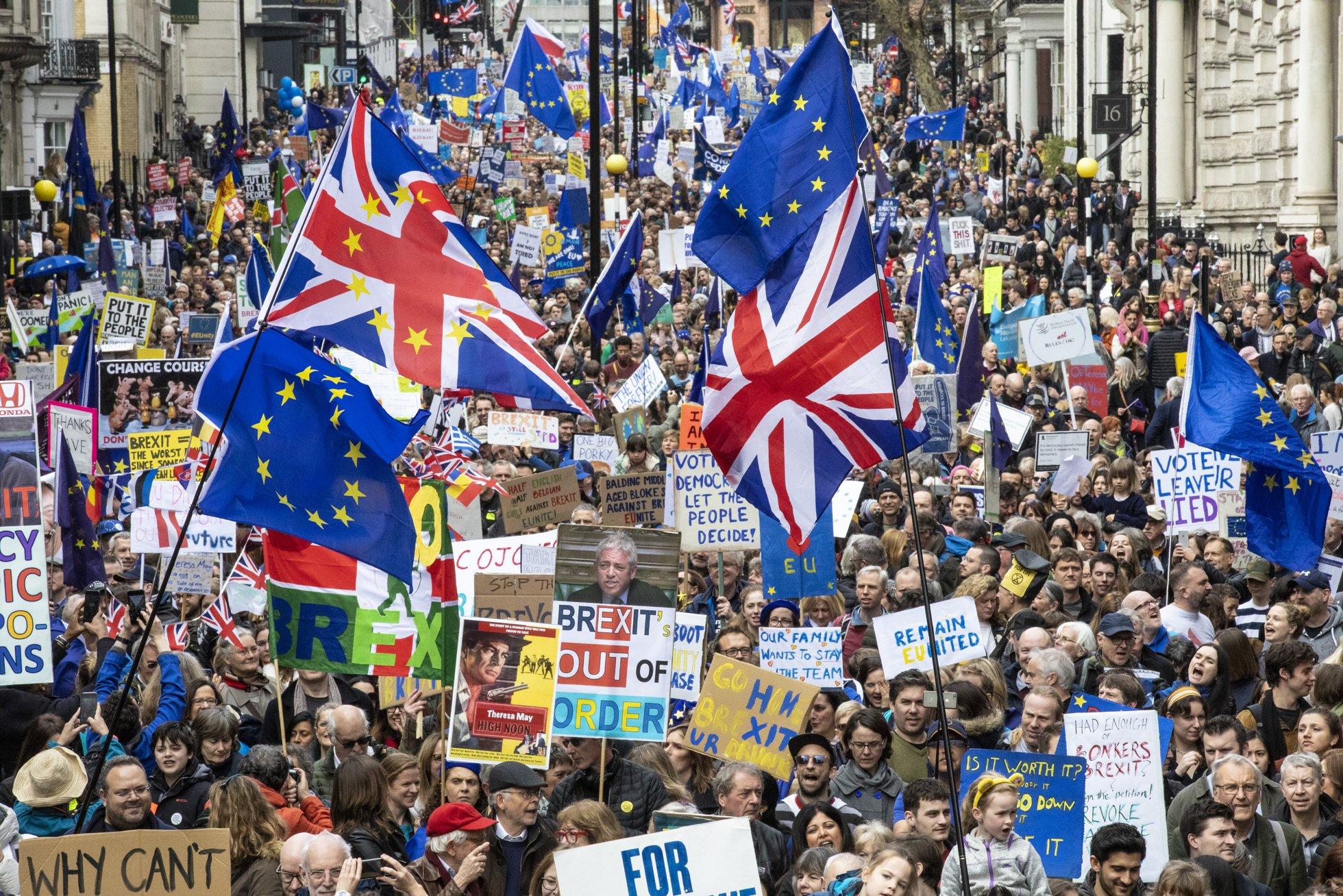 Десятки тысяч противников «Брекзита» устроили вЛондоне шествие стребованием провести новый референдум овыходе Великобритании изЕвросоюза. «Брекзит» должен был произойти 29марта, ноиз-за несогласия парламента Великобритании сусловиями соглашения премьер-министр Тереза Мэй попросила ЕСоботсрочке. Если доконца месяца сделка небудет одобрена, королевство покинет Евросоюз 12апреля без какого-либо переходного периода.