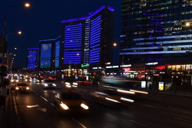 """Дома наНовом Арбате вМоскве, подсвеченные синим цветом врамках международной акции «Зажги синим». Она приурочена кВсемирному дню распространения информации обаутизме, который отмечается 2апреля. «Медуза» весь апрель будет рассказывать олюдях саутизмом врамках программы поддержки благотворителей MeduzaCare. <a  data-cke-saved-href=""""https://meduza.io/specials/care"""" href=""""https://meduza.io/specials/care"""" target=""""_blank"""">Здесь</a> можно посмотреть материалы, которые уже вышли."""