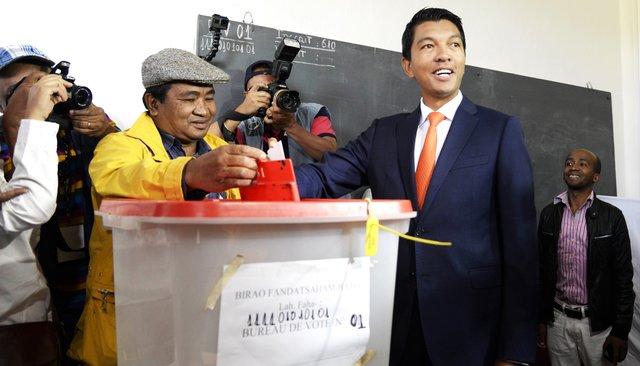 Президент Мадагаскара Андри Радзуэлина на�избирательном участке во�втором туре президентских выборов, 19�декабря 2018 года
