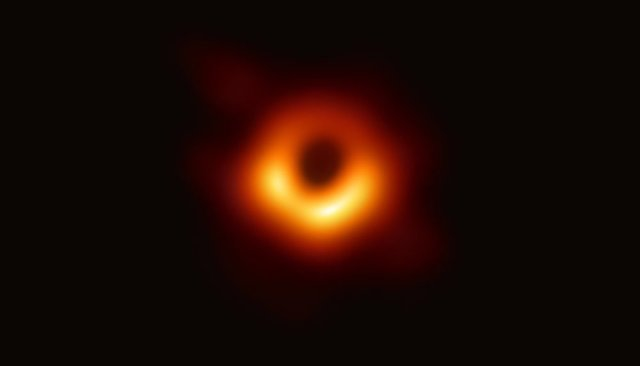 Первое изображение горизонта событий— видимой границы черной дыры