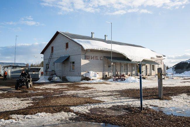 Фасад железнодорожной станции Шиес. Раньше здесь был поселок, сейчас только здание станции, рядом скоторой строят полигон
