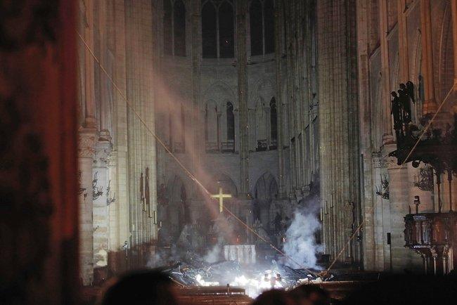 Пожар всоборе Парижской Богоматери, произошедший вечером 15апреля, тушили более девяти часов. Врезультате возгорания обрушились кровля ишпиль собора.