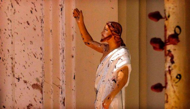 Статуя Христа впострадавшей отвзрыва церкви впригороде Коломбо. Фотография