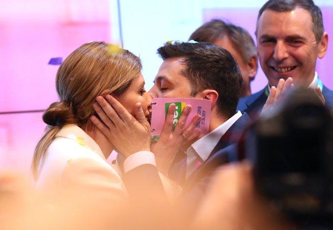 Владимир Зеленский победил навыборах президента Украины. Празднуя победу вштабе, онпоблагодарил своих родителей ижену Елену.