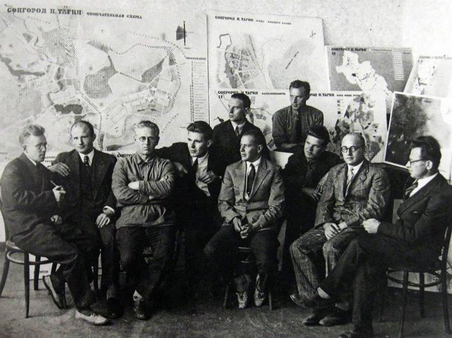 Ernst May (fifth from the left) and the workers' group he organized to build new developments in Nizhny Tagil. 1931
