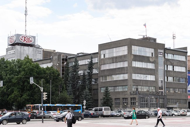 The Uralmashzavod building constructed in 1935 with Béla Sheffler's assistance as seen in present-day Yekaterinburg.