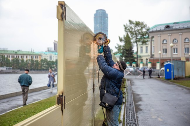 """On the morning of May 21, crews in Yekaterinburg started <a href=""""https://t.me/e1_news/6076"""" target=""""_blank"""">dismantling</a> a wall that went up a week earlier around the construction site for a new cathedral in one of the city's few remaining public parks. The wall was erected after protesters repeatedly toppled the original perimeter: a chain-link fence. After nearly a week of demonstrations that attracted national news attention, at the suggestion of President Putin, local officials decided to conduct a citywide survey to determine the construction site's future. In the meantime, the city's dioceseasked workers to remove the wall around the site, """"for the sake of peace and harmony in the city."""""""
