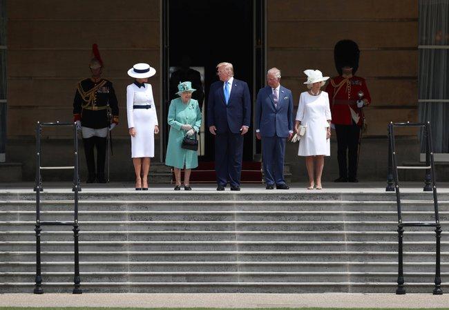 Президент США Дональд Трамп приехал вВеликобританию сгосударственным визитом. Впервый день визита Трамп иего супруга Мелания встречались вБукингемском дворце скоролевой Елизаветой II, наследным принцем Чарльзом иего женой Камиллой. Вечером 3июня вчесть президента США устроят торжественный банкет сучастием Елизаветы IIипремьер-министра ТерезыМэй. Навторой день визита запланированы переговоры Трампа иМэй, авпоследний день президент США поедет вПортсмут, где примет участие вторжественных мероприятиях вчесть 75-летия содня высадки союзников вНормандии.