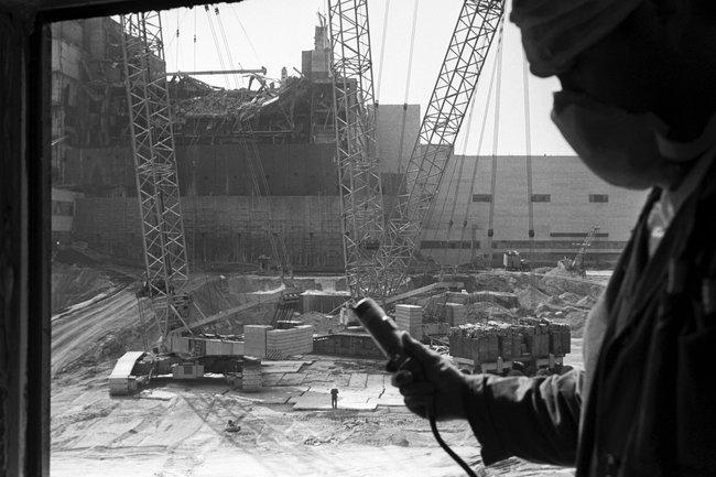 Проведение дозиметрического контроля врайоне четвертого энергоблокаЧернобыльской АЭС, август 1986 года