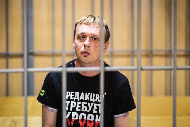 ВНикулинском суде Москвы началось судебное заседание помере пресечения корреспонденту «Медузы» Ивану Голунову. Его обвиняют впокушении насбыт наркотиков вкрупном размере. Следствие требует арестовать журналиста. Голунов утверждает, что дело сфабриковано, наркотики ему подбросили полицейские.