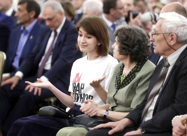 Анна Луганская, еедед ибабушка навручении награды ееотцу вКремле, 12июня 2019 года