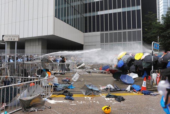ВГонконге четвертый день продолжаются массовые акции против планов властей принять новый закон обэкстрадиции. Участники митингов считают, что онразработан под давлением властей Китая инаправлен против людей, преследования которых добиваются китайские власти.