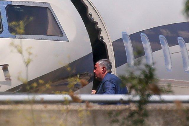 Человек похожий наИгоря Сечина садится всамолет Bombardier 6000 ваэропорту Пальма-де-Мальорка