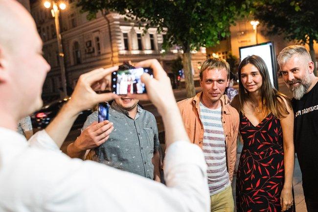 Прохожие просят сфотографировать ихсГолуновым