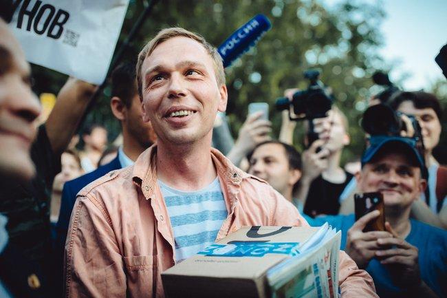 Иван Голунов сразу после освобождения— возле здания ГСУ