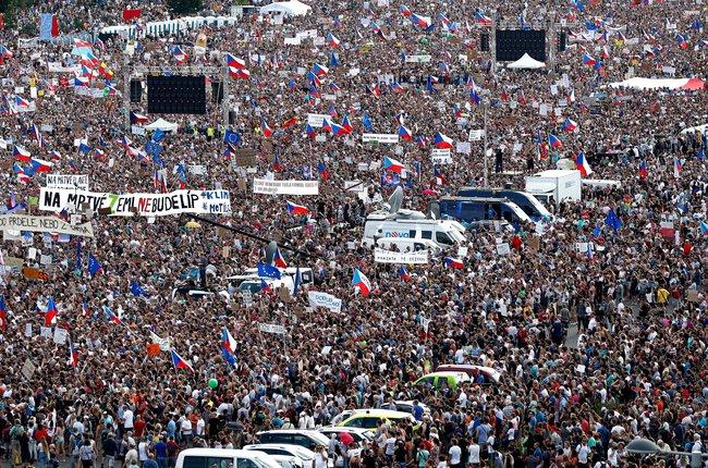 """ВПраге 23июня прошла акция протеста стребованием отставки премьер-министра Андрея Бабиша, которого <a  data-cke-saved-href=""""https://www.reuters.com/article/us-czech-protests/czechs-stage-biggest-anti-government-protest-since-communist-era-idUSKCN1TO0NI"""" href=""""https://www.reuters.com/article/us-czech-protests/czechs-stage-biggest-anti-government-protest-since-communist-era-idUSKCN1TO0NI"""" target=""""_blank"""">подозревают</a> вмахинациях ссубсидиями Евросоюза. Поутвержден организаторов мероприятия, намитинг вышли неменее 250 тысяч человек; акцию называют самой массовой встране современ «бархатной революции» 1989 года."""