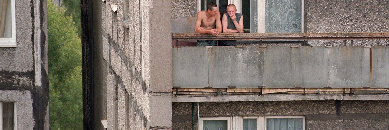 Гифка курит на балконе