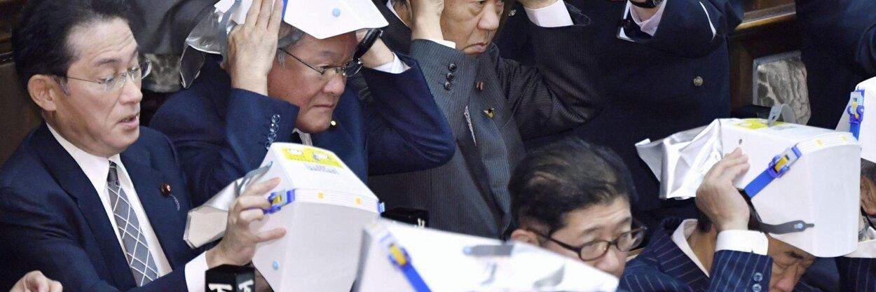 Японским депутатам выдали складные шлемы наслучай землетрясений. Теперь они выглядят как настоящие самураи