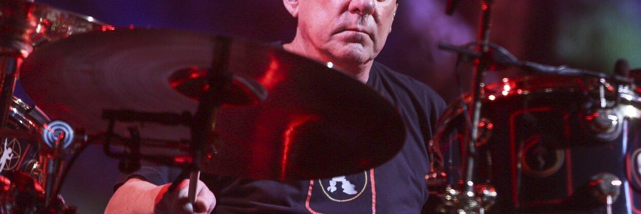 Умер Нил Пирт— один изсамых лучших барабанщиков вмире. Вот лишь некоторые изего выступлений