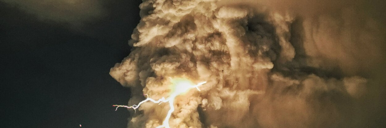 «Выглядит как что-то изфильмов про Годзиллу». НаФилиппинах извержение вулкана сопровождалось мощной грозой 🌋⚡