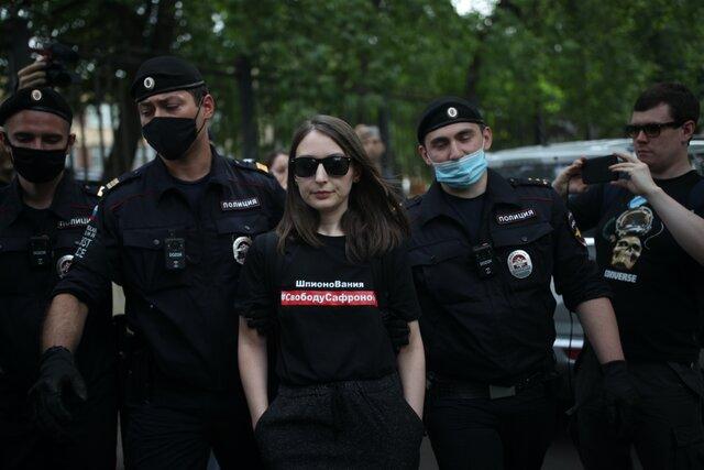 Мывсе защищаем профессию здесь. Возле следственного изолятора «Лефортово» прошла встреча вподдержку Ивана Сафронова, полиция задержала 18 журналистов. Репортаж «Медузы»