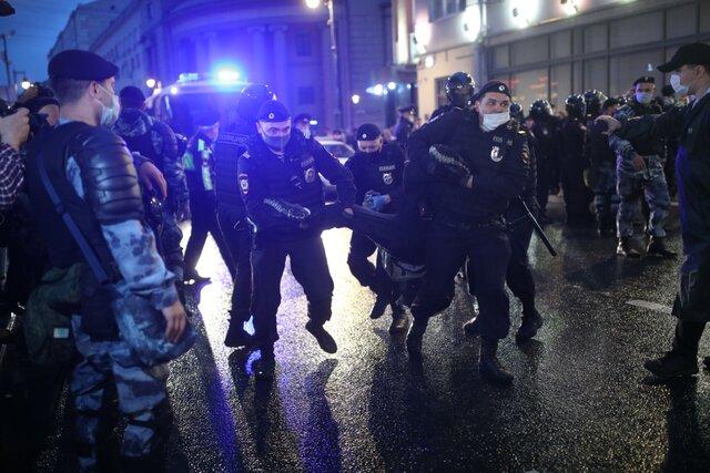 Московская полиция задерживает участников акции против реформы Конституции. Фотография