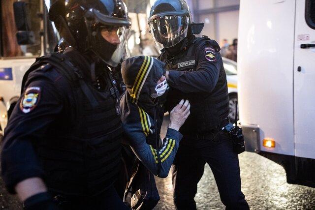 «Нестойте здесь, они вас всех задержат». Акция против поправок кКонституции закончилась шествием поцентру Москвы изадержанием 130 человек— втом числе случайных прохожих. Репортаж «Медузы»