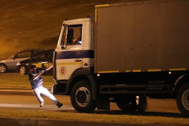 Автозак сбивает протестующего вМинске. Фотография photo