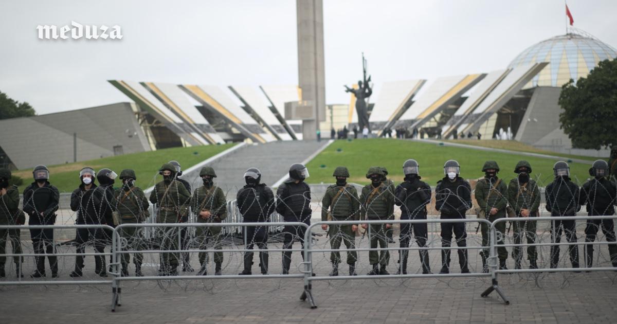 Цепь солдат иколючая проволока устелы «Минск— город-герой». Фотография