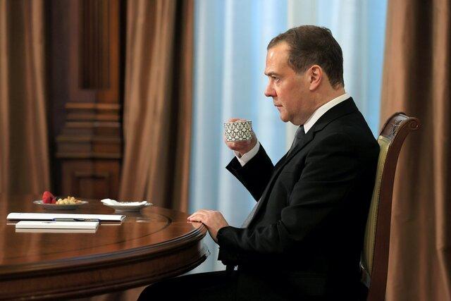 Пользователь твиттера Дмитрий Медведев недоволен: соцсеть вместо чего-то высокодуховного рекомендует подписываться на Навального. Говорит, так нельзя
