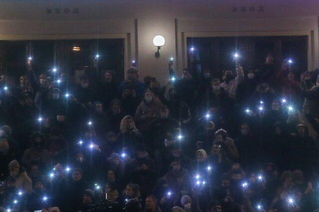 Многие иронизировали над идеей поднять фонарики в качестве новой формы протеста. Но только не российская власть. Она видит в этом козни НАТО и даже п