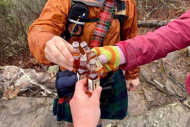 Оптическая иллюзия: на снимок попали три человека, но бутылок почему-то четыре  и одна из них парит. Кто ее держит