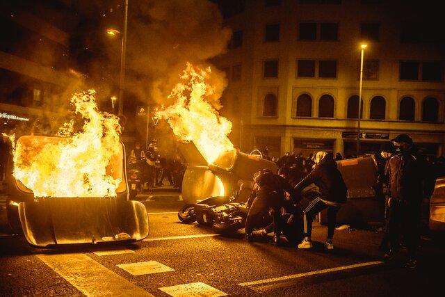 Испанского рэпера-леворадикала отправили в тюрьму за критику полиции и бывшего монарха. Акции протеста в его поддержку переросли в беспорядки. Власти