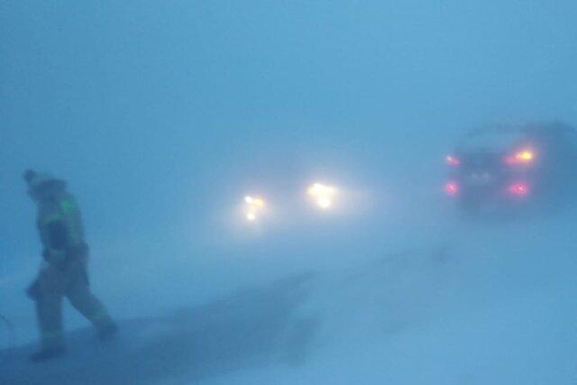 В Челябинской области из-за метели и морозов перекрыли дороги, задержали самолеты и поезда. Сотни людей застряли на трассах