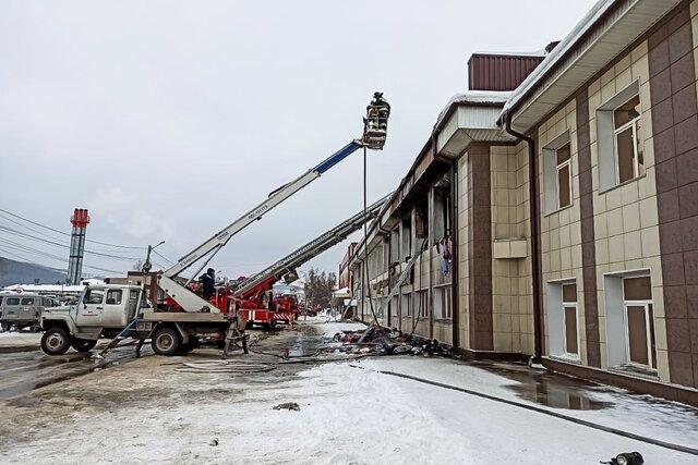 В Горно-Алтайске водитель спас людей из горящего торгового центра. Он подогнал автобус к зданию  и люди спустились по его крыше со второго этажа