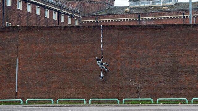 Из тюрьмы, в которой сидел Оскар Уайльд, по веревке из простыней сбежал заключенный. Это новое граффити Бэнкси  посмотрите, как он это сделал
