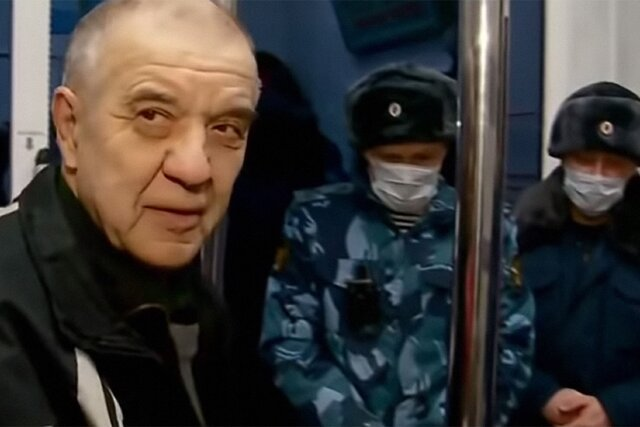 Скопинский маньяк Виктор Мохов вернулся домой, отсидев 17-летний срок в колонии. Он сказал, что побывал в Москве и привез полный мешок денег