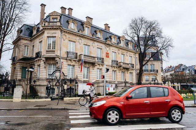 Водителя консульства России в Страсбурге заподозрили в торговле крадеными велосипедами. Он продавал их прямо на пороге дипмиссии. Подозреваемого заде