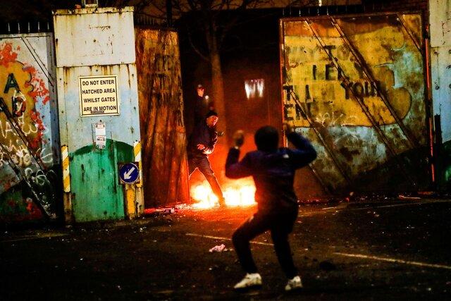 В Северной Ирландии несколько дней продолжаются уличные беспорядки. Их причина  старый конфликт лоялистов с националистами, который обострили Брекзит