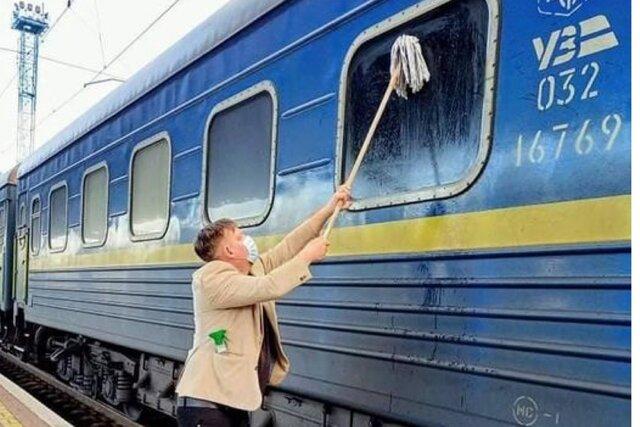 Датского журналиста возмутило грязное окно в украинском поезде. Он попытался отмыть его шваброй, но грязь была непобедима