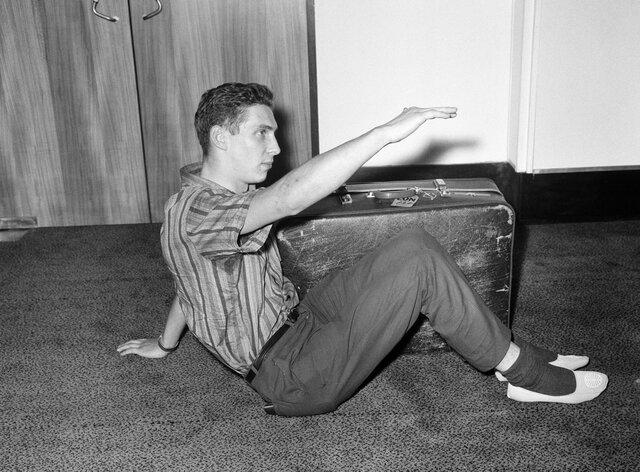 Валлиец Брайан Робсон переехал в Австралию, но сильно заскучал по дому. Денег на билет не было  и он решил пересечь океан в ящике для посылок. Спустя
