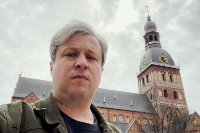 Антон Долин смотрит кино про свинью на ферме (логично), проводит экскурсию по городу и присуждает Гран-при Артдокфеста фильму о чеченском гее. Радио