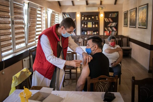 Власти Сербии пообещали заплатить всем, кто уже в мае привьется от коронавируса. Вероятно, это первая подобная инициатива в мире