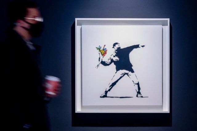 Sotheby's продал картину Бэнкси Любовь витает в воздухе за 13 миллионов долларов. И впервые разрешил покупателю расплатиться криптовалютой