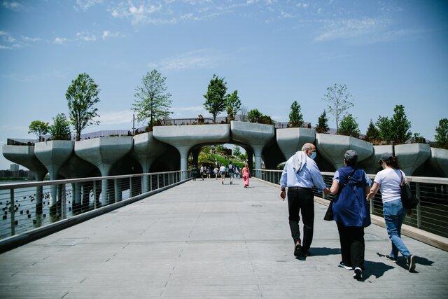 В Нью-Йорке открылся парк Литл-Айленд. Он расположен прямо на реке Гудзон  на 132 бетонных колоннах, вкопанных в дно
