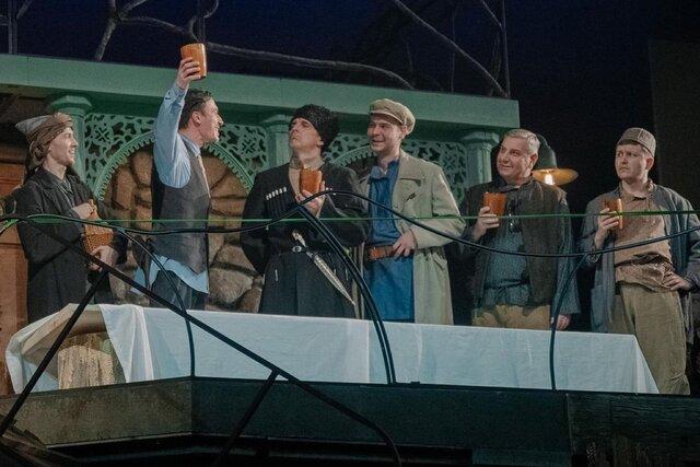 МХАТ имени Горького поставит спектакль Чудесный грузин о молодом Сталине. Играть и петь, а также спасать советского вождя будет Ольга Бузова