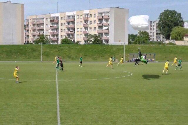В Польше парашютист приземлился на футбольном поле прямо во время матча. И получил за это желтую карточку